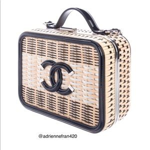 🎁🎁CHANEL 2019 NATURAL WOVEN RATTAN VANITY CASE.
